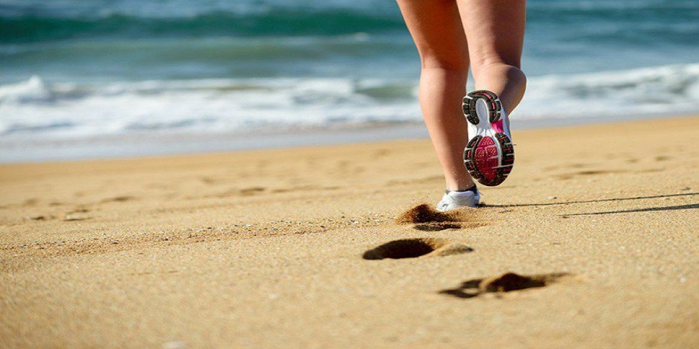 Os-beneficios-e-a-melhor-forma-de-correr-ou-caminhar-na-areia